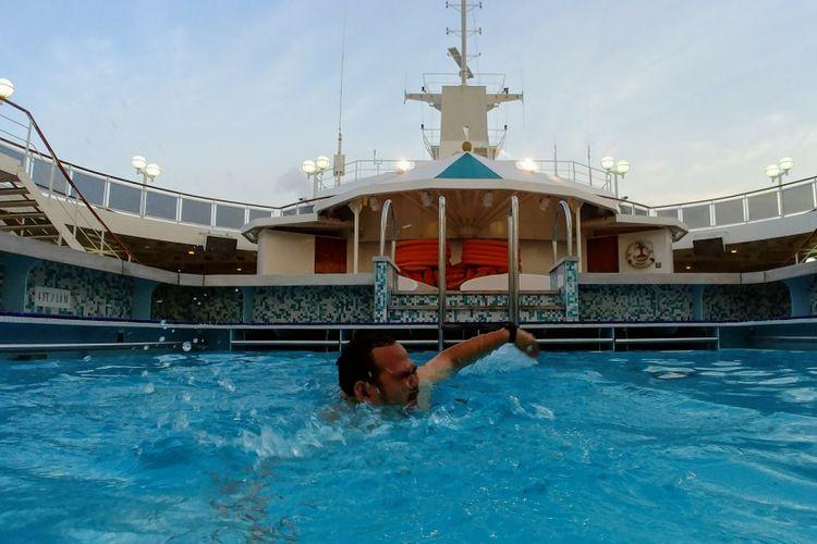 Berenang di kapal pesiar Crystal Serenity