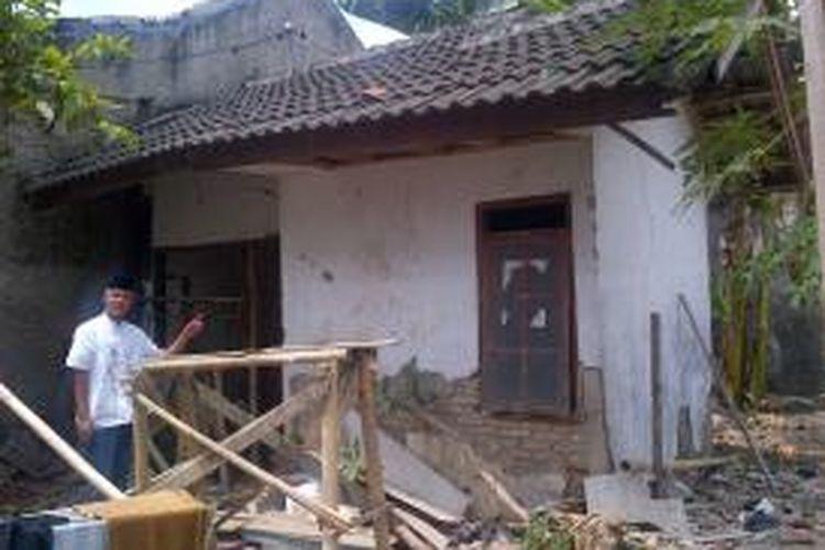 Gubernur Jawa Tengah Ganjar Pranowo menunjukkan rumahnya saat dibeli di saat awal pernikahan. Rumah tersebut kini dalam kondisi rusak parah.