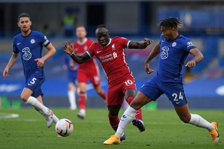 Sadio Mane (tengah) berduel dengan Reece James (kanan) pada laga Chelsea vs Liverpool di Stadion Stamford Bridge dalam lanjutan pekan kedua Liga Inggris, Minggu (20/9/2020).