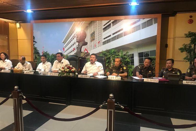 Ketua BPK Agung Firman Sampurna dan Jaksa Agung Sanitiar Burhanuddin saat konferensi pers di Kompleks Kejagung, Jakarta Selatan, Senin (9/3/2020).