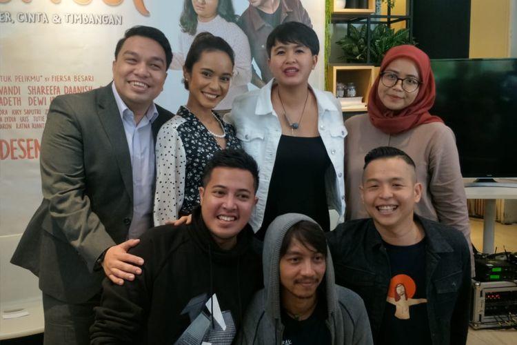 Ernest Prakasa dan pengisi soundtrack film Imperfect dalam jumpa pers peluncuran soundtrack film Imperfect di kawasan Sarinah, Jakarta Pusat, Selasa (29/10/2019).