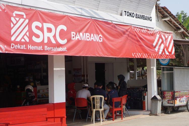 Geliat interaksi di toko kelontong SRC Bambang milik Casriatun