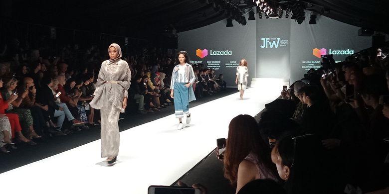 Parade busana pada pembukaan Jakarta Fashion Week 2020, Selasa (22/10/2019).