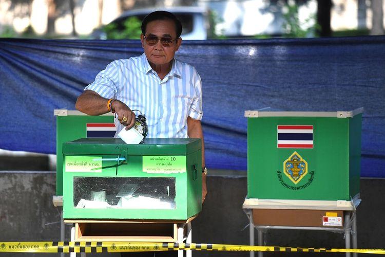 PM Thailand Prayut Chan-O-Cha memberikan suara di sebuah TPS di Bangkok pada Minggu (24/3/2019)  dalam pemilu pertama sejak kudeta 2014.
