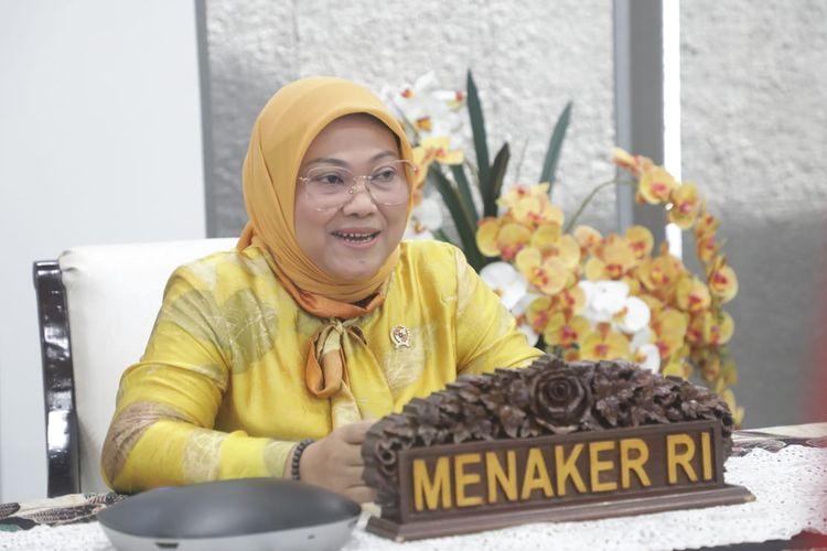 Menaker Ida Fauziyah saat menyaksikan laporan hasil pemeriksaan (LHP) atas laporan keuangan pemerintah pusat (LKPP) hasil audit BPK RI Tahun 2020 melalui video conference di kediamannya, Jakarta, Jumat (25/6/2021).