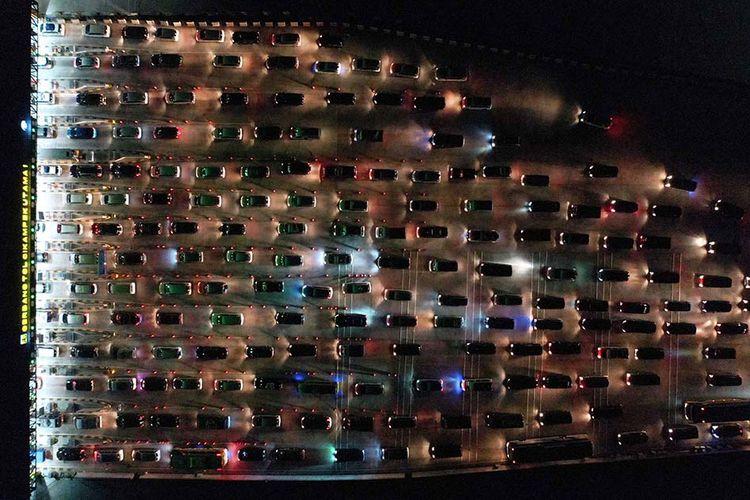 Kendaraan pemudik antre memasuki Gerbang Tol Cikampek Utama, Cikampek, Jawa Barat, Sabtu (1/6/2019). Pada puncak arus mudik lebaran 2019 sejumlah titik di Tol Jakarta-Cikampek-Cipali mengalami kepadatan volume kendaraan pemudik.
