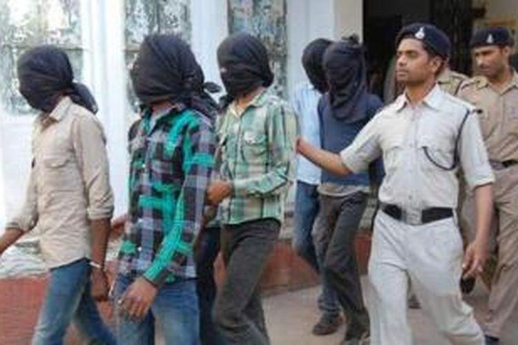 Polisi India menggiring enam terdakwa pemerkosa perempuan Swiss ke pengadilan. Mereka akhirnya dijatuhi hukuman penjara seumur hidup.