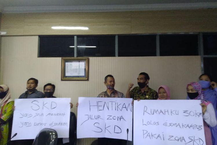 Wali murid yang tergabung dalam persatuan orang tua peduli pendidikan anak Jember saat mendatangi kantor DPRD Jember