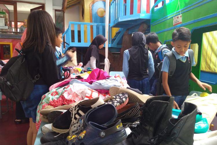Sejumlah siswa SD Pelita Nusantara Bandung menjual berbagai barang bekas dari baju hingga sepatu. Hasil dari penjualan tersebut disumbangkan ke anak-anak panti asuhan.