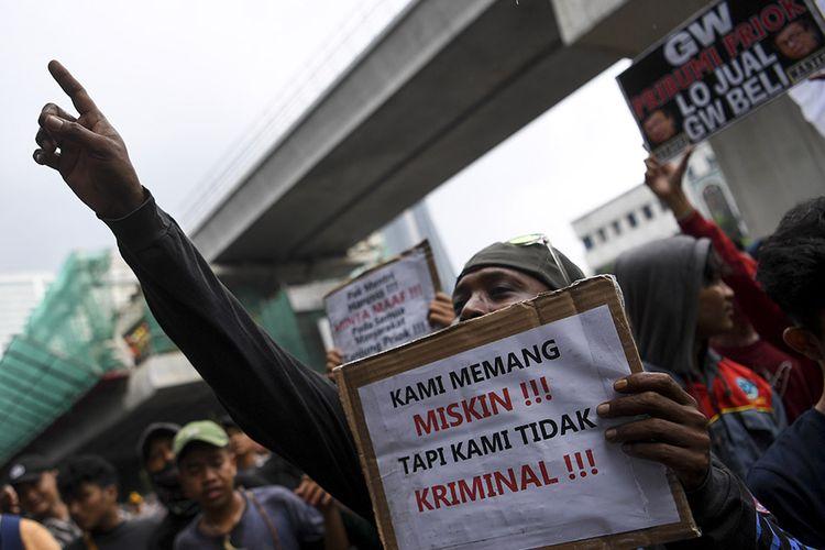 Warga Tanjung Priok melakukan aksi di depan gedung Kemenkumham, Jakarta, Rabu (22/1/2020). Ratusan warga Tanjung Priok menuntut Menkumham Yasonna Laoly minta maaf soal ucapan yang menyebut Tanjung Priok merupakan wilayah yang sarat akan tindak kriminal.