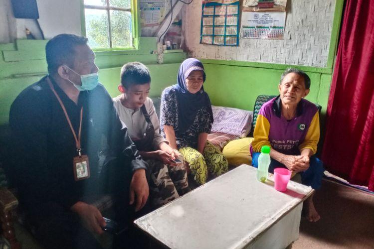 Akbar bersama kakek neneknya dan Makmun Gunawan saat ditemui di rumah kakek neneknya, setelah pada Rabu (4/11/2020) malam diantar pulang pengurus pondok pesantren Al Hilal Geger Kalong, Bandung.