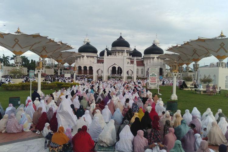 Meski Kota Banda Aceh ditetapkan sebagai kota dengan PPKM pengetatan diluar Jawa dan Bali, namun animo masyarakt untuk salat IdulAdha di Mesjid Raya Baiturrahman tetap tinggi. Pelaksanaan salat menerapkan protokol kesehatan yang ketat, Selasa (20/7/2021) ******