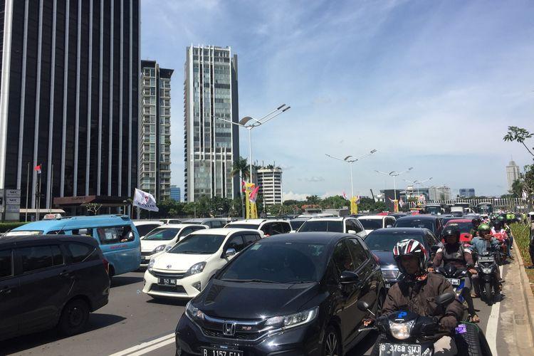 Arus lalu lintas jalan Sudirman, Jakarta Pusat tersendat, Sabtu (13/4/2019).