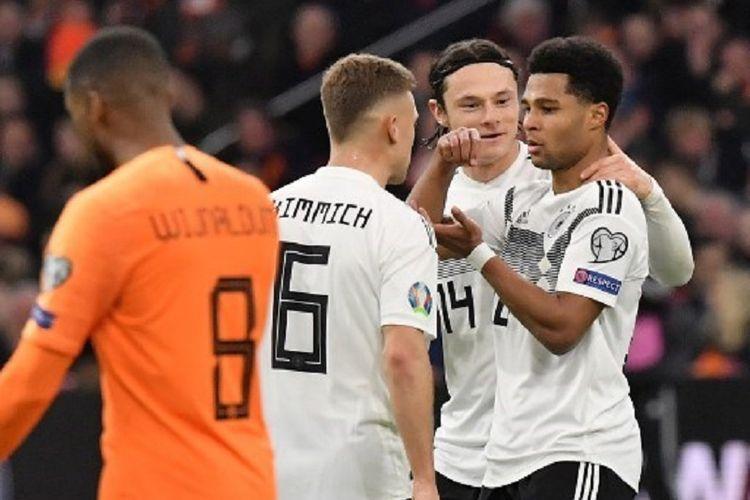 Joshua Kimmich dan Nico Schulz merayakan gol Serge Gnabry pada laga Belanda vs Jerman di Johan Cruyff Arena dalam babak kualifikasi Piala Eropa 2020, 24 Maret 2019.