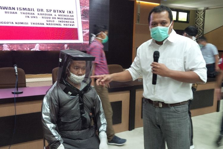 Dosen Fakultas Kedokteran UNS Solo, Darmawan Ismail menunjukkan alat pelindung diri yang digagasnya di Solo, Jawa Tengah, Senin (30/3/2020).