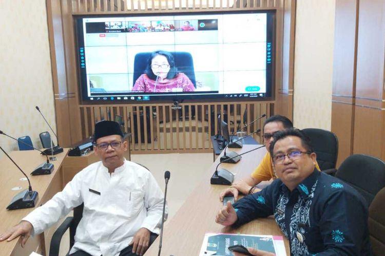 Kepala Dinas PPPA Sumbar Besri Rahmad melakukan rapat telekonferensi dengan Menteri PPPA Bintang Puspayoga, Jumat (20/3/2020)