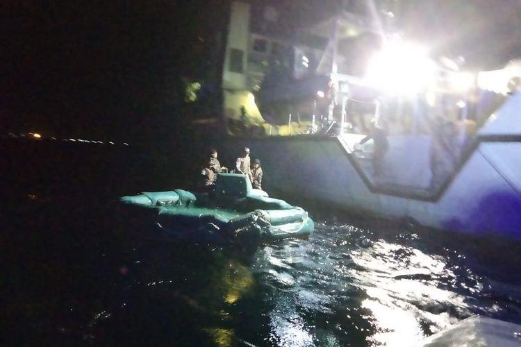 TNI Angkatan Laut (AL) mengerahkan dua kapal perang (KRI) Rigel-933 dan KRI Soputan-923 guna mengevakuasi kapal KMP Yunice di perairan Gilimanuk, Bali, Selasa (29/6/2021).