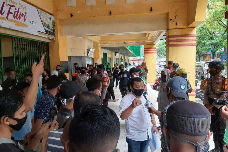 Pedagang di pusat perbelanjaan Ambon Plaza memprotes kebijakan pemerintah Kota Ambon yang menutup tempat usaha mereka di mal tersebut, Rabu (24/6/2020).