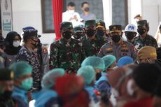 Tinjau Vaksinasi Massal di Banyuwangi, Panglima TNI: Meski Sudah Divaksin, Harus Tetap Pakai Masker
