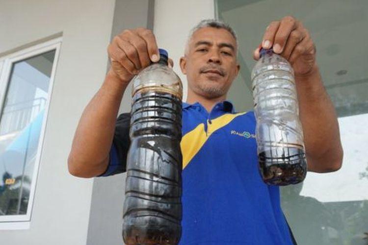 Kepala Instalasi Produksi Wilayah Selatan Perumda Air Minum Toya Wening Solo, Nuryanto, menunjukkan hasil produksi air bersih yang tercemar limbah.