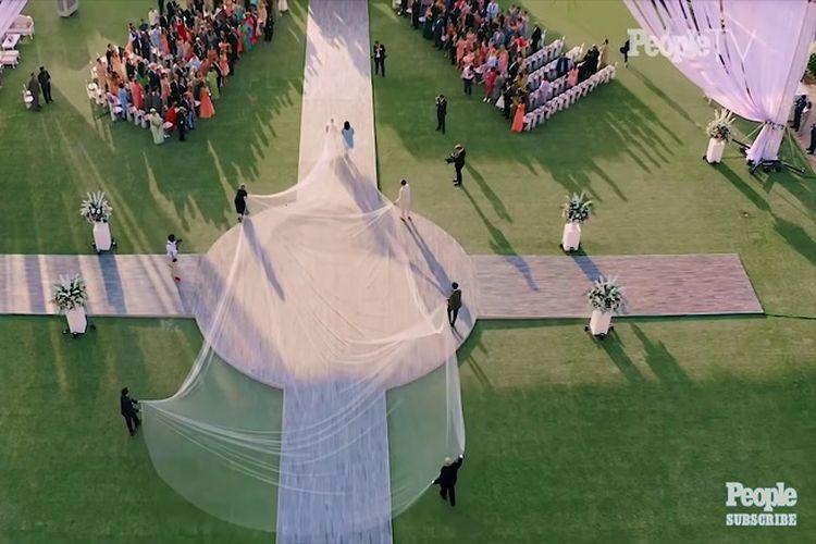 Penutup kepala pengantin yang dikenakan Priyanka Chopra dipegangi enam orang.