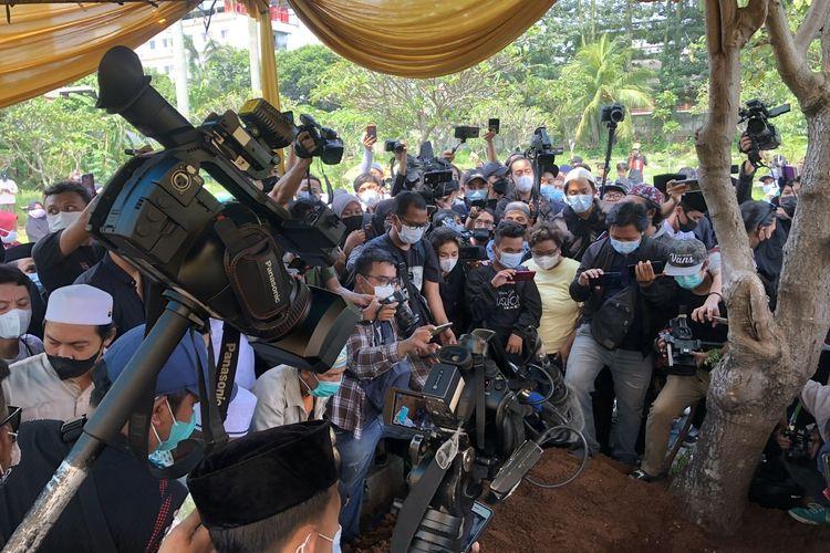 Suasana pemakaman mendiang Sapri Pantun di TPU Ulujami, Jakarta Selatan, Selasa (11/5/2021).