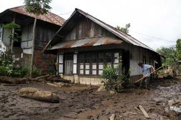 Warga mulai berusaha membersihkan lumpur akibat banjir bandang di Minahasa Tenggara, Sulut.