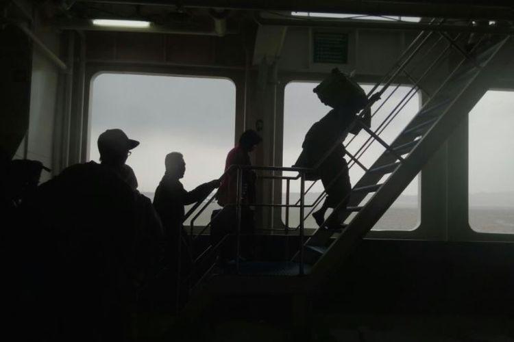 Ratusan penumpang kapal Legundi dari Pelabuhan Tanjung Perak Surabaya ke Pelabuhan Lembar Lombok Barat akhitnya diberangkatkan, Selasa (28/11/2017) sekitar pukul 15.00 WIB. Sebaguan mereka adalah penumpang pesawat yang gagal berangkat karena ditutupnya Bandara Internasuinal Lombok akibat letusan Gunung Agung.