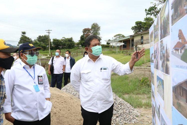 Direktur Jenderal (Dirjen) Perumahan Kementerian PUPR Khalawi Abdul Hamid saat meninjau kawasan Sarana Hunian Pariwisata (Sarhunta) di KSPN Danau Toba, Provinsi Sumatera Utara.