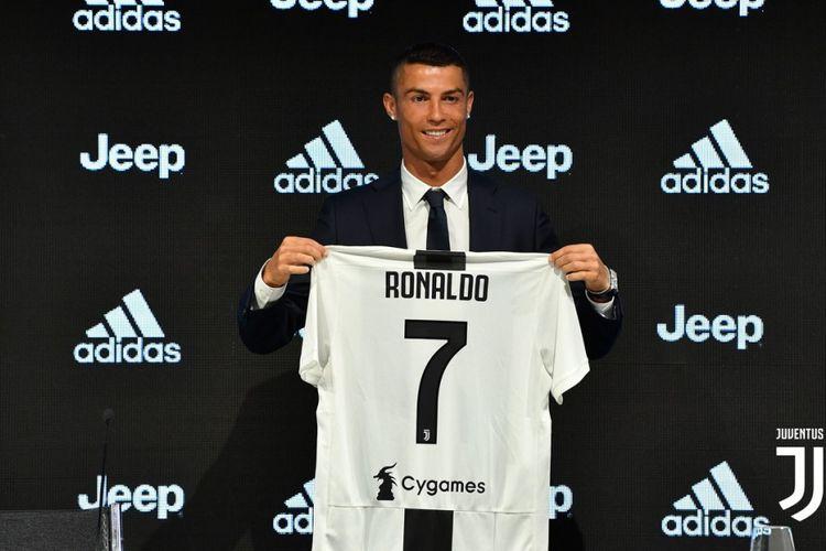 Cristiano Ronaldo pamerkan nomor kostum 7 Juventus saat melakukan jumpa pers pertamanya di klub tersebut, 16 Juli 2018.