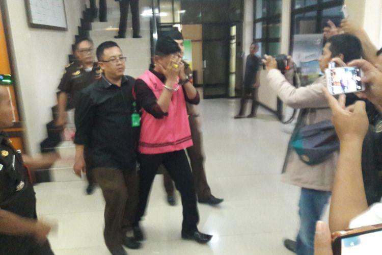 Kades Karyajaya (menggunakan rompi) saat digiring krluar kantor Kejari Garut untuk dibawa ke rumah tahanan, Kamis (19/03/2020)