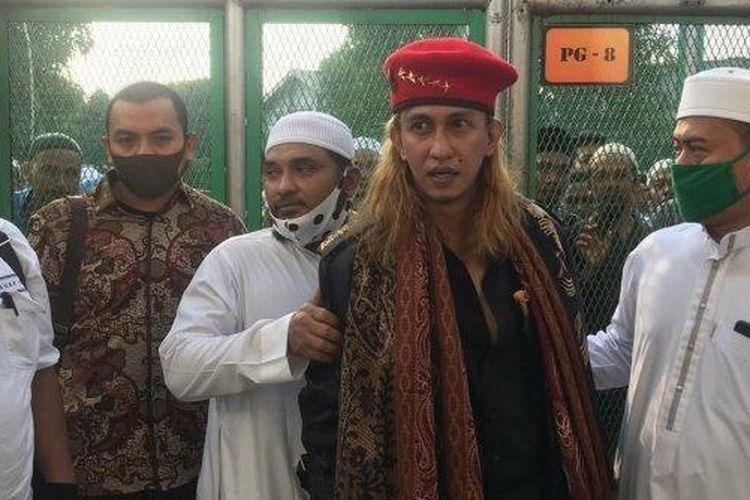 Habib Bahar bin Smith bebas dari Lapas memakai baret merah. (Tribun Bogor/istimewa)