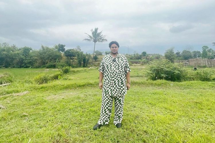 Ivan Gunawan mengunjungi tanah yang akan dijadikan sebagai lokasi untuk membangun Masjid Mega Bintang di Garut, Jawa Barat.