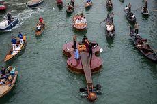 Biola Raksasa Mengambang di Venesia, Simbol Harapan di Tengah Pandemi