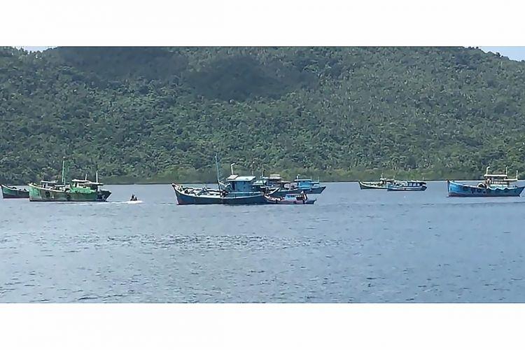 Kapal-kapal asing pencuri ikan yang ditenggelamkan di perairan Selat Lampa, Natuna, Kepulauan Riau, Minggu (29/10/2017). Penenggelaman itu dipimpin langsung oleh Menteri Kelautan dan Perikanan Susi Pudjiastuti.