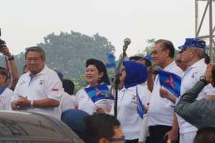Ketua Umum Partai Demokrat Susilo Bambang Yudhoyono beserta istri dan petinggi Partai Demokrat melepas ribuan peserta mudik gratis di Parkir Timur Senayan, Jakarta, Minggu (3/7/2016).
