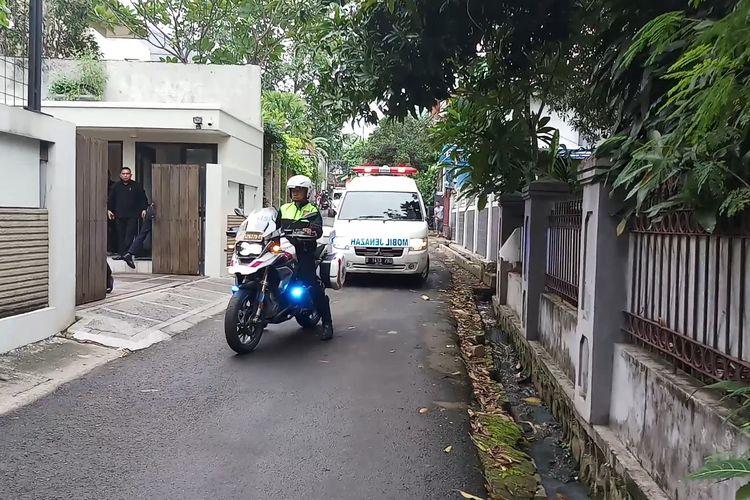 Suasana saat jenazah suami penyanyi Bunga Citra Lestari atau BCL, Ashraf saat tiba di kediaman di kawasan Pejaten Barat, Jakarta Selatan, Selasa (18/2/2020).