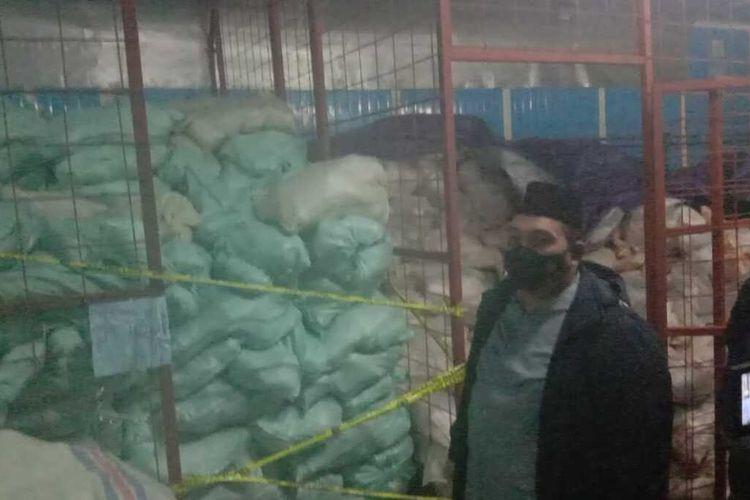 8,3 ton ikan kakap giling disita polisi dari pasar Induk Jakabaring, palembang, Sumatera Selatan lantaran makanan itu mengandung formalin.