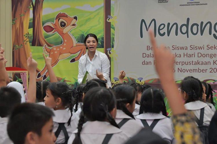 Istri Mendikbud, Franka Nadiem Makarim turut mendongeng tentang kisah Si Kancil di hadapan siswa SD pada acara Hari Mendongeng Nasional di Perpustakaan Kemendikbud, Senayan, Jakarta, Selasa (26/11/2019).