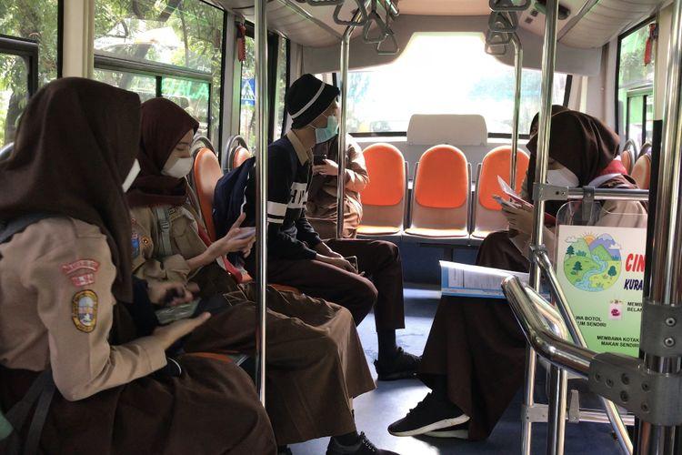 Sejumlah siswa SMK Negeri 15 Jakarta memilih untuk pulang untuk naik bus sekolah seusai uji coba belajar tatap muka pada Rabu (7/4/2021) siang.