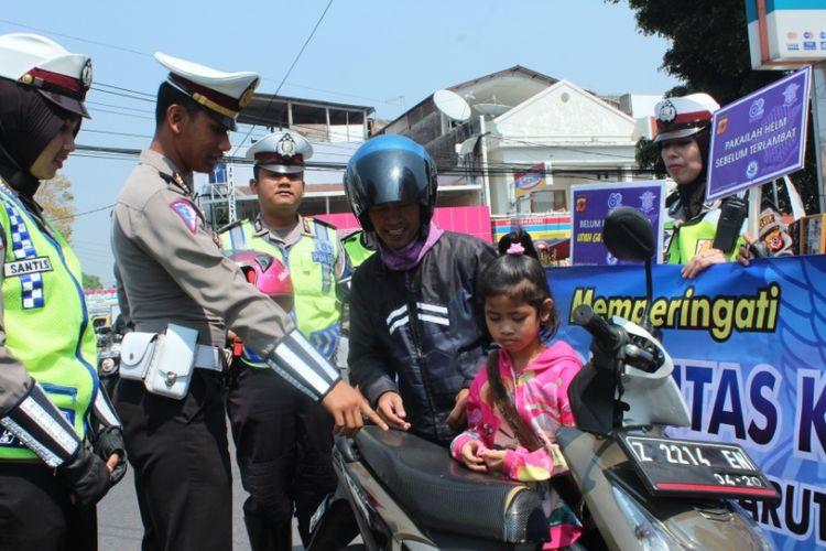 KBO Satlantas Polres Garut Iptu Tejo Reno saat menghentikan sepeda motor yang membawa anak kecil tanpa helm di jalan Ahmad Yani Garut Kota