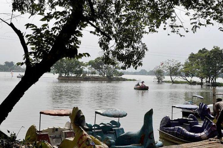 Wahana permainan air disediakan untuk rekreasi warga menikmati Situ Cipondoh di Kota Tangerang, Banten, yang tidak jauh dari Jakarta.