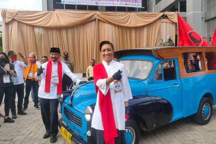 Bakal pasangan calon wali kota dan wakil wali kota Tangerang Selatan Muhamad - Rahayu Saraswati Djojohadikusumo saat berfoto di depan mobil oplet di halaman Gedung KPU Tangsel, Jumat (4/9/2020)