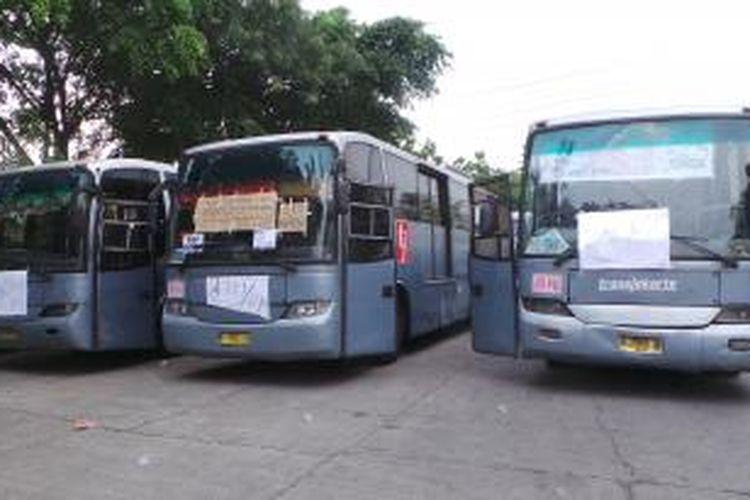 Bus transjakarta dari operator Jakarta Mega Trans (JMT) tak beroperasi setelah para pengemudinya mogok. Senin (1/6/2015).
