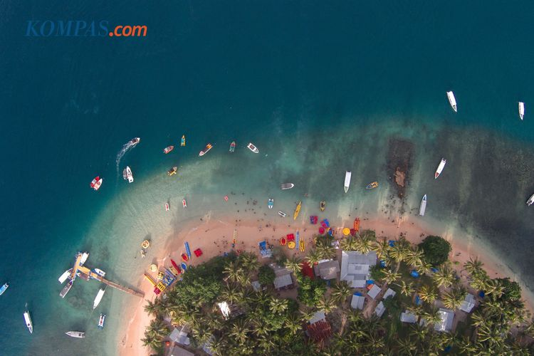 KEINDAHAN ALAM INDONESIA - Pulau Cingkuak, Kecamatan IV Jurai, Kabupaten Pesisir Selatan, Sumatera Barat, Jumat (15/5/2015). Pulau Cingkuak yang berdekatan dengan Pantai Carocok menyediakan wahana air seperti banana boat dan flying fish.