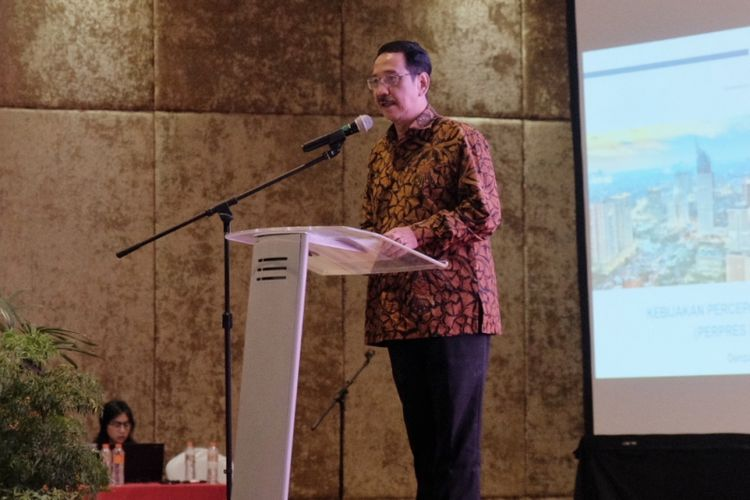 Staff Khusus Menteri Koordinator Bidang Perekonomian, Edy Putra Irawady, dalam acara Sosialisasi Paket Kebijakan Ekonomi di Denpasar, Jumat (24/11/2017)