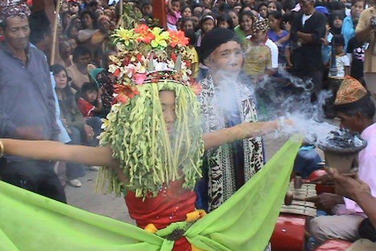 Kisah desa penari menjadi topik terhangat di media sosial saat ini mengangkat kebudayaan tersembunyi khususnya seni tari dari berbagai desa di Indonesia.
