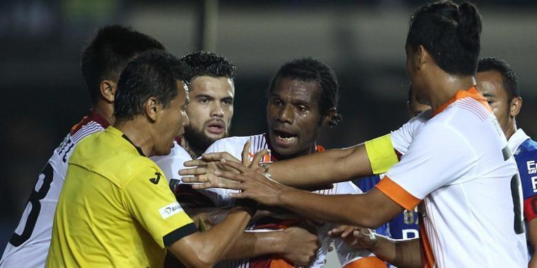 Pemain Borneo FC melakukan protes keras terhadap wasit Jumaidi Effendi dalam pertandingan kedua perempat final Piala Presiden 2015 melawan Persib Bandung, di Stadion Si Jalak Harupat, Soreang, Sabtu (26/9/2015).