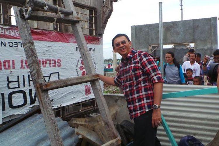 Calon gubernur nomor pemilihan dua DKI Jakarta Basuki Tjahaja Purnama atau Ahok saat berfoto dengan spanduk Partai Perjuangan Indonesia Baru (PIB), di Pulau Kelapa, Kepulauan Seribu, Senin (30/1/2017).