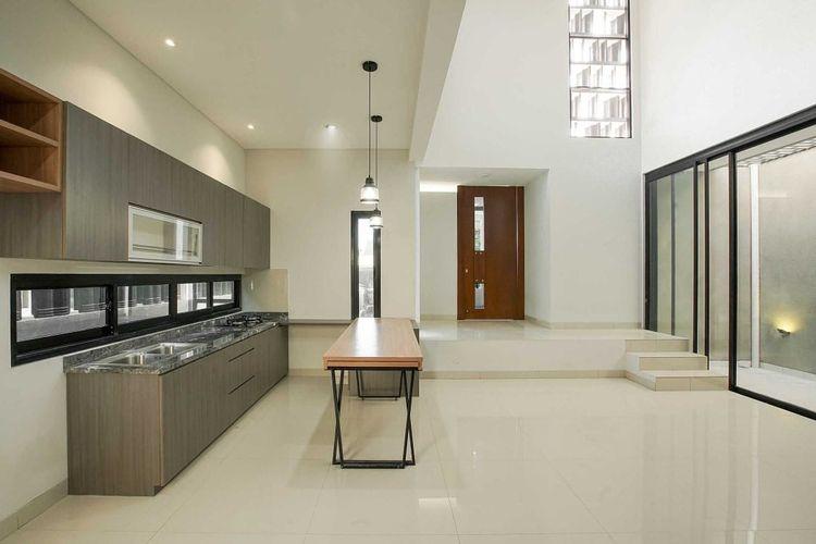 Interior rumah yang simpel terlihat sangat lapang.